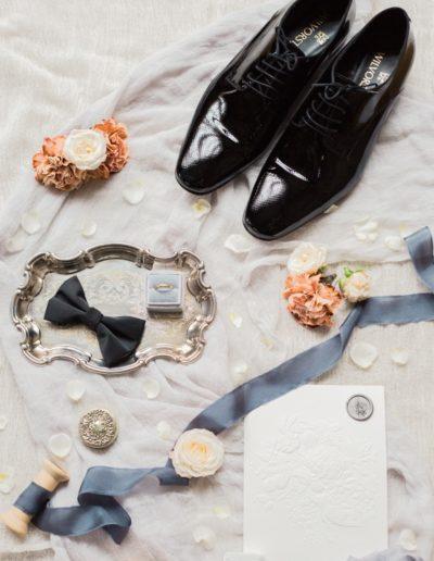 chaussures, noeud papillon, boutonnière etc..