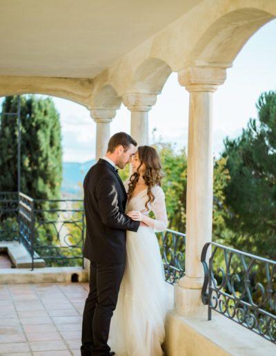 Les mariés sur la terrasse s'embrassent