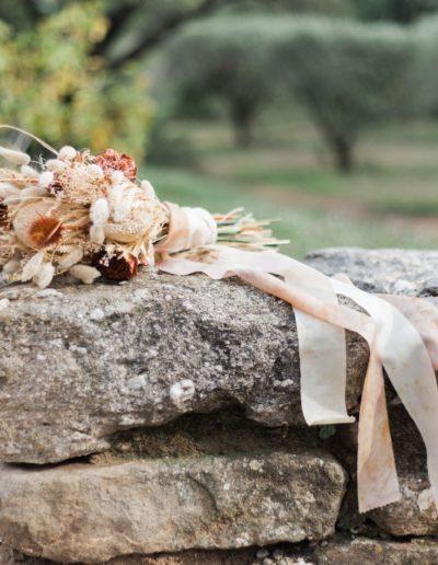 Le bouquet de la mariée, sur un petit muret