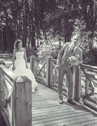 mariés sur un pont noir et blanc