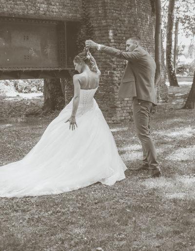 mariés dans un parc près d'un vestige noir et blanc