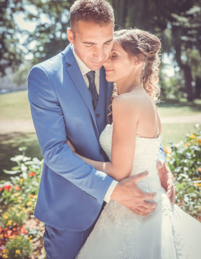 mariés jardin enlacés