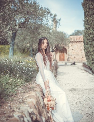 la mariée seul sur un chemin