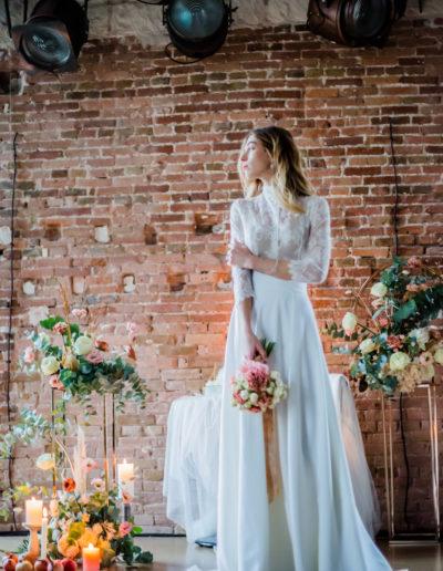 mariée debout bouquet à la main