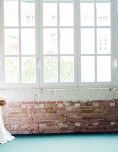 Mariés près d'une fenêtre, flou