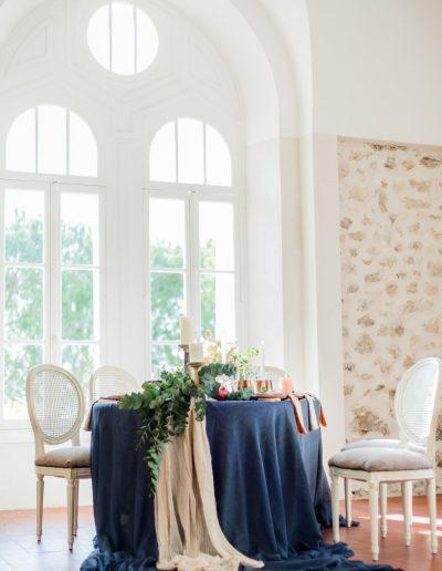 Table en plan large avec une belle nappe bleue