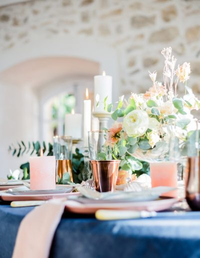 Table de mariés fleurs et bougies