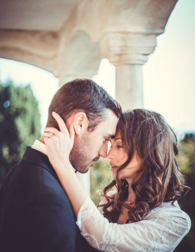 Deux mariés s'étreintent
