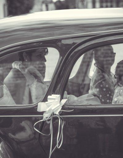 Mariés dans la voitures en noir et blanc