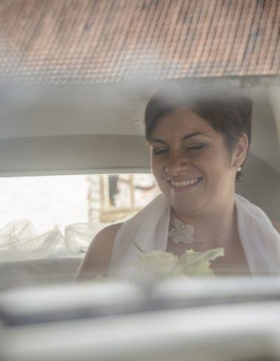 Mariée dans la voiture plan serré