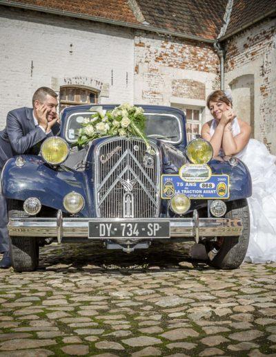 Les mariés devant leur voiture